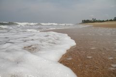 Ondas por la playa Imagen de archivo libre de regalías