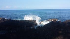 Ondas pretas da praia da areia Fotos de Stock Royalty Free