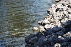Ondas que acometen a las rocas Fotografía de archivo libre de regalías