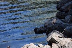Ondas que acometen a las rocas Fotos de archivo libres de regalías