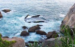 Ondas que batem as rochas Imagem de Stock