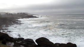 Ondas que batem a baía Oregon de Lava Rock Shore Overcast Day Depoe video estoque