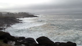 Ondas que batem a baía Oregon de Lava Rock Shore Overcast Day Depoe vídeos de arquivo