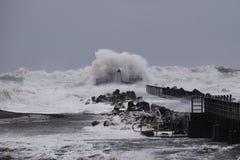Ondas que batem contra o cais durante a tempestade em Nr Vorupoer na costa de Mar do Norte Fotos de Stock Royalty Free