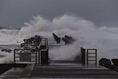 Ondas que batem contra o cais durante a tempestade em Nr Vorupoer na costa de Mar do Norte Fotos de Stock
