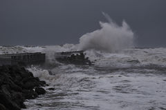 ondas que batem contra o cais durante a tempestade em Nr Vorupoer na costa de Mar do Norte Fotografia de Stock
