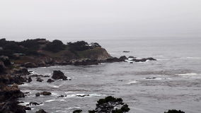 Ondas que batem a distância de Carmel Highlands Headland California From vídeos de arquivo