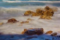 Ondas que batem a praia Fotos de Stock Royalty Free