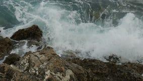 Ondas que baten en las rocas en la playa en Montenegro metrajes