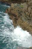 Ondas que causam um crash em rochas Imagens de Stock Royalty Free