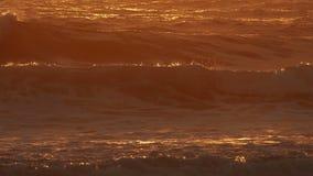 Ondas que causam um crash na praia video estoque