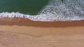 Ondas que causam um crash na praia vídeos de arquivo