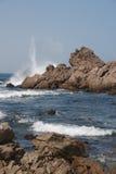 Ondas que causam um crash na rocha do oceano Fotos de Stock Royalty Free
