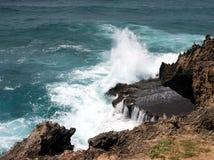 Ondas que causam um crash nas rochas Imagem de Stock