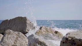 Ondas que causam um crash nas rochas video estoque