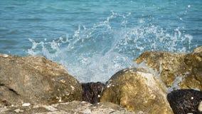 Ondas que causam um crash nas rochas Imagens de Stock