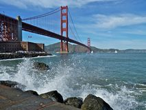 Ondas que causam um crash pela ponte de porta dourada Foto de Stock Royalty Free