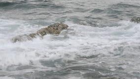 Ondas que causam um crash sobre rochas vídeos de arquivo