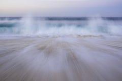 Ondas que causan un crash en la playa Imagen de archivo libre de regalías