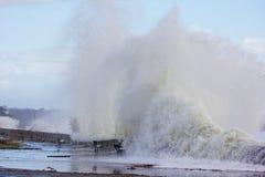 Ondas que causan un crash en la playa de la ciudad de Narragansett Foto de archivo libre de regalías