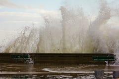 Ondas que causan un crash en la playa de la ciudad de Narragansett Foto de archivo