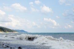 Ondas que causan un crash en la playa imagenes de archivo