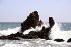 Ondas que causan un crash en rocas Imagen de archivo libre de regalías