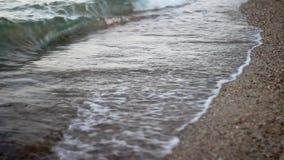 ondas que causan un crash en una playa metrajes