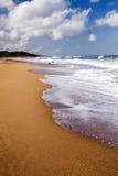 Ondas que causan un crash sobre la playa Imagen de archivo