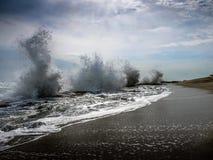 Ondas que cierran de golpe las rocas coralinas en Estuardo, la Florida Fotos de archivo libres de regalías
