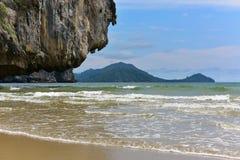 Ondas que corroem um penhasco em uma ilha tropical em Krabi Fotos de Stock