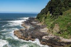 Ondas que deixam de funcionar ao longo da praia da costa de Oregon fotos de stock royalty free