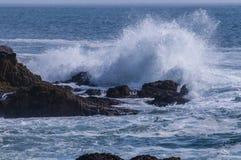 Ondas que deixam de funcionar contra a costa do parque nacional do Acadia, Maine foto de stock