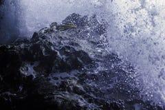 Ondas que deixam de funcionar contra rochas na caverna Imagem de Stock