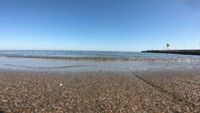 Ondas que deixam de funcionar delicadamente no Sandy Beach quieto video estoque