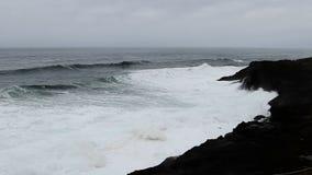 Ondas que deixam de funcionar em Lava Rock Shore Depoe Bay preto Oregon filme