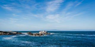 Ondas que deixam de funcionar em rochas na baía de Monterey, Califórnia imagem de stock royalty free