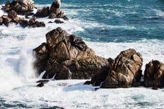 Ondas que deixam de funcionar em rochas no ponto Lobos, Carmel, Califórnia Fotos de Stock Royalty Free