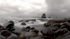 Ondas que deixam de funcionar na câmera em Elgol - ilha de Skye video estoque
