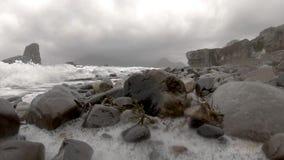 Ondas que deixam de funcionar na câmera em Elgol - ilha de Skye vídeos de arquivo