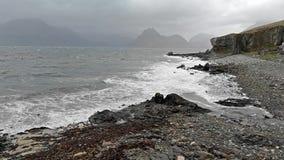 Ondas que deixam de funcionar na linha costeira com o céu dramático temperamental em Elgol na ilha de Skye, Escócia, Reino Unido vídeos de arquivo