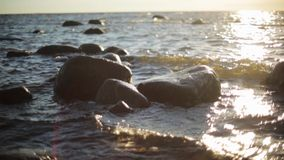 Ondas que deixam de funcionar nas rochas na costa de mar sob a luz do sol ninguém Movimento lento vídeos de arquivo