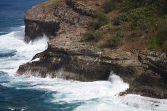 Ondas que deixam de funcionar nos penhascos em Havaí imagem de stock
