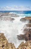 Ondas que despedaçam-se no litoral rochoso Foto de Stock
