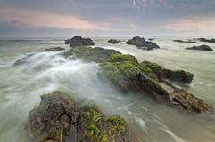 Ondas que dobram contra rochas na praia de Pandak, Terengganu, Malásia Fotos de Stock Royalty Free