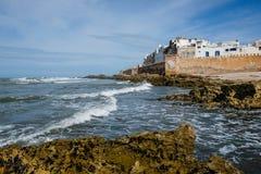 Ondas que dobram a linha costeira em Essaouira Foto de Stock