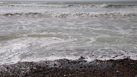 Ondas que dobram no close up de Worthing Inglaterra da praia filme
