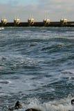 Ondas que esmagam na costa holandesa fotografia de stock