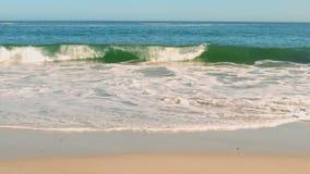 Ondas que esmagam na praia video estoque