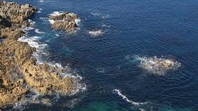 Ondas que esmagam nas rochas em Brittany filme